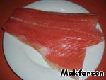 Нарезать лосось.
