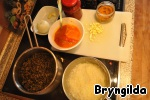 1 стакан дикого риса акватика замочить на ночь и отварить до готовности. Теперь займемся соусом, который я делала на основе лечо собственного приготовления.   Лук мелко режу и обжариваю в раскаленном оливковом масле, следом бросаю мелко нарезанный чеснок.