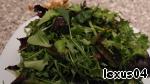 5. Руколу 150 грамм и салатных листьев разных 100 гр не режем, а рвем ручками, чтоб не поплыли, сюда же очень неплохо чуть базилика добавить.