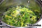 В глубокой кастрюле довести до кипения воду, добавить аспарагус и варить 4-5 минут. Затем его вынуть и положить на тарелку.