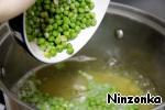 Добавить горох, довести до кипения и варить еще 2-3 минуты.
