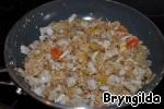 Добавить в начинку и добавить травы, солите по вкусу или добавьте соевый соус.