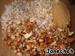 In another bowl to combine the oats, cereal 5 cereals, almonds, walnuts, sliced, salt, brown sugar.