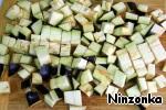 Баклажан помыть, нарезать на кубики, положить в один слой и посыпать солью. Оставить на 20-30 минут.