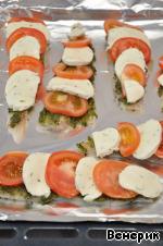 На рыбу выложить «черепицей» нарезанные кружочки помидоров и моцареллы и поставить противень в нагретую духовку на 10 минут. Всё!