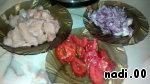 Нарезаем филе индейки, лук, помидор
