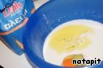 Из муки, айрана, яйца, соли, соды и оливкового масла замесить тесто.