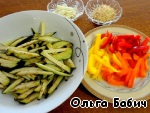 At this time, prepare the filling.  Eggplant, pepper (I use different colors), garlic, cut into thin strips. Fry in vegetable oil, allow the oil to drain.  Fry the sesame seeds.