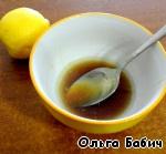 Смешать мед с соком лимона.   Дать покипеть на медленном огне 5 минут.