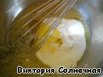 Яйцо разболтала с кефиром и маслом. Влила жидкую смесь в сухую и быстро перемешала, только до увлажнения муки. У меня тесто оказалось чуть суховато, поэтому подбавила ложку-другую сметаны.