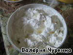 Chilled cream, beat until peaks. Add the cheese and whisk again. Then the sugar. The mixture should be very thick.