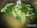 Лимонад процедить и дать остыть в течение 10 минут. Добавить промытые и обсушенные листья мяты. Добавить газированную воду и охладить в холодильнике.