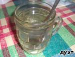 Наливаем в стакан 200 мл холодной воды, в него добавляем 1 ст.л уксуса (у меня яблочный) и 0,5 ч.л соли. Всё перемешиваем и отставляем в сторону.