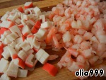 Креветки очищаем и отвариваем в подсоленной воде (можно взять варено-мороженные), откинуть на дуршлаг, дать стечь воде. Нарезаем на кусочки. Также нарезаем и крабовые палочки (мясо).