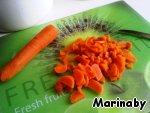 Режем морковь.