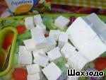 Сырный продукт нарезаем кубиками.