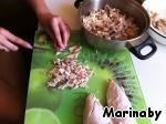 Для куриной начинки: курицу положить в кастрюлю, залить холодной водой, добавить в кастрюлю очищенные целые луковицу и морковь, посолить и сварить курицу до готовности (когда вода закипит, снять пену).   Курицу вынуть из бульона, немного охладить, отделить мясо от костей и мелко порезать.   Лук мелко порезать и обжарить.   Смешать мясо с жареным луком, посолить и поперчить по вкусу и влить в начинку ~0,5 стакана бульона (бульон вливать постепенно, чтобы начинка не получилась слишком жидкой).