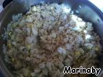 Для рисовой начинки: яйца отварить и порезать кубиками.   Рис отварить.   Смешать яйца с рисом, постепенно влить ~0,5 стакана бульона, в котором варилась курица (начинка не должна быть слишком жидкой), посолить и добавить кусочек сливочного масла - все перемешать.