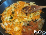 Garlic finely chop, fry in vegetable oil with grated carrots, add chopped onion cube.