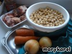 Prepare the ingredients: meat (always with bone) cut into serving pieces, onions, cut, carrots three on a coarse grater, peas drained.