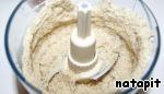 Противень застелить пекарской бумагой и с помощью кольца для выпечки (можно тарелки) нарисовать круг диаметром 25 см (не больше, выпеченный корж должен поместиться в форму 26 см в диаметре).   Орехи, 50 гр. сахара и крахмал поместить в блендер и смолоть до состояния муки, если молоть орехи с сахаром, они не так выделяют жир.