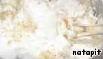 Белки взбить с солью до пышной пены, не переставая взбивать, ввести 25 г сахара, взбить до устойчивых пиков.   В несколько приёмов к белковой массе добавить орехово-мучную и осторожно перемешать лопаткой методом складывания снизу вверх и по кругу.