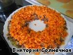 Далее слой измельченной моркови. Солим, перчим, майонезим!