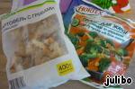 Взять две пачки замороженных овощей (разных),но желательно, чтобы присутствовали грибы. Меняя овощи, меняем вкус блюда - широкое поле деятельности))).