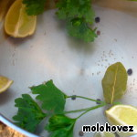 To prepare the marinade: in water, put sliced into quarters lemon, add a glass of white wine, pepper, Bay leaf. Do not add salt! I after 10 minutes, the Bay leaf out.