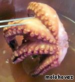 Через 25 минут проверить вилкой. Она должна легко входить. Если уже мясо мягкое, выключить плиту, накрыть кастрюлю крышкой и дать осьминогу настояться и чуть остыть в маринаде.