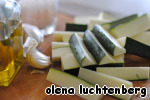 Let us start to zucchini: wash, cut off both ends and cut into fairly large slices/cubes. Fold in a large container, very carefully add salt and pepper, pour 2-3 tablespoons of olive oil and skip through the press a clove of garlic (it is possible and without it). Mix gently.