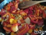 Затем к овощам добавить очищенный от семян и порезанный болгарский перец, жарим вместе минут 7.