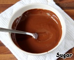 Now prepare the chocolate mousse. Melt the chocolate in a water bath. To cool down a bit. The remaining two sheets of gelatine to soak in cold water. Separate the yolks from the whites.
