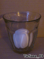 Put the egg in a Cup (Cup) 200-300 ml