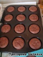 Дать кексикам остыть. Взбить сливки. Выложить на кексы с помощью кондитерского шприца или мешка. Посыпать посыпкой.