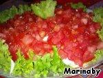 Выкладываем порезанные помидоры, солим и перчим по вкусу.