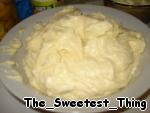 Из холодильника достаём обе миски с остывшей манкой.       1)Сначала делаем белый крем: берём манку с белым шоколадом. Немного взбиваем в миксере 150г размягчённого сливочного масла и к маслу по одной ложке добавляем всю белую манку, продолжая взбивать, пока не исчезнут все комочки и масса по консистенции не станет похожа на масляный крем, добавляем сюда 1/3 стакана апельсинового сока и цедру половинки апельсина, всё снова немного взбиваем. Белый крем готов.