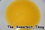 Готовим апельсиновую пропитку для коржей: выжимаем сок 3-х апельсинов, добавляем цедру, 1,5 ст.л.  сахара и мякоть из этих апельсинов, ставим на медленный огонь. Когда начнёт закипать, добавляем разбавленный водой крахмал, быстро мешаем пока масса чуть-чуть загустеет, снимаем с огня, добавляем 2 ст.л. коньяка или рома.