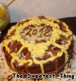 Глазурь: растапливаем на водяной бане 50г белого шоколада и очень быстро смазываем верх торта. Растапливаем на водяной бане 50г черного шоколада и смазываем края торта. Снова убираем торт в холодильник.      Теперь берём кондитерский мешок или шприц и украшаем торт отложенным кремом на свой вкус (я этот торт готовила на Новый год и на День рождение папы, покажу оба варианта).   Новый год: