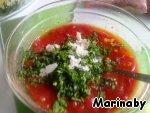 In tomato mass, add the parsley and squeeze the garlic.