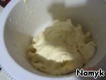 И вот у нас появляется жидкость (маслянка), которую мы сливаем. Ее можно использовать и при приготовлении хлеба, и сделать на ней блины, оладьи... но, самое полезное, это выпить нашу вкусную и очень полезную маслянку. Она выводит из нашего организма плохие вещества. Немного отвлеклись ))) У нас получилось вот такое маслице.