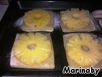 Выложить кольца ананаса.   Поставить в разогретую до 200 градусов духовку.   Выпекать в течение 15-20 минут. Посыпать коричневым сахаром по желанию.