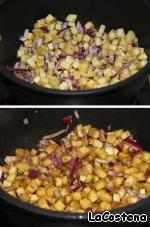 Нарезать баклажан и лук кубиками, выложить на сковороду с оливковым маслом. Готовить 10 минут.