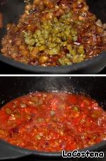 К баклажанам добавьте каперсы и томаты в собственном соку.