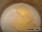 Proceed to the biscuit. Warm up the oven to 190C. In a saucepan will heat the milk with butter to boil.
