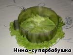 Плоское блюдо застелить листьями зеленого салата. Я слоеные салаты делаю при помощи раздвижного кольца для выпечки тортов.