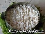 5-й слой. Вареные яйца, натертые на крупной терке и снова майонезно-йогуртовая сеточка.
