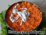 7-й слой. Морковку натереть на мелкой терке. Если очень сочная, слегка отжать лишний сок, чтобы салат не потёк, и равномерно выложить на кукурузу.