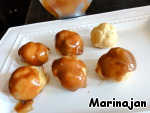 Take out of the refrigerator filled eclairs and partially dip into the caramel.