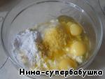 ТВОРОЖНАЯ. 500 г творога хорошего качества (не влажного, если творог слишком влажный, его надо отжать через несколько слоев марли, но в таком случае надо взять творога побольше, чтобы в отжатом виде было 500 г), 100 г сахара, цедра 1 лимона, 1 пакетик ванильного сахара, 1 ст. л. крахмала, 3 некрупных яйца.   Все ингредиенты хорошо растереть блендером до однородности.